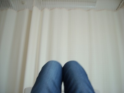 四人部屋のベッドで寝転ぶ